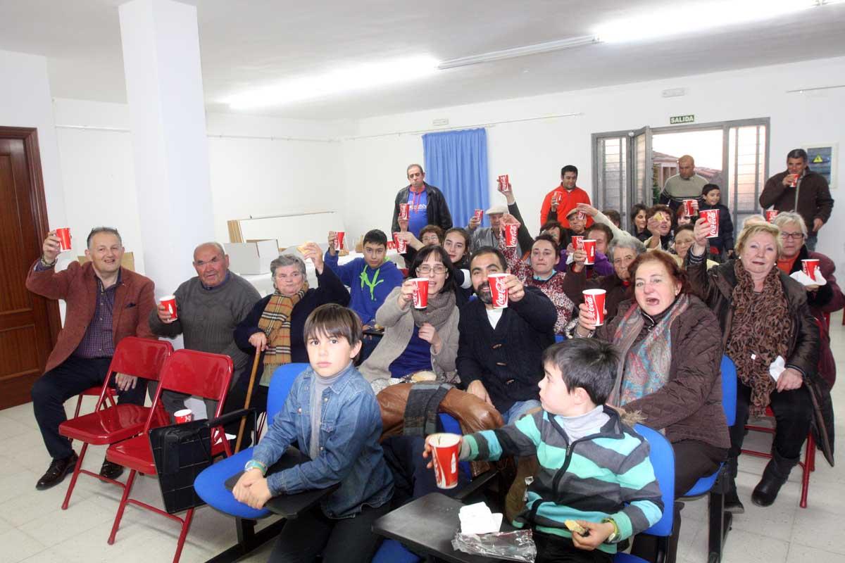 Los Reyes Magos reparten regalos entre los vecinos de Serradilla